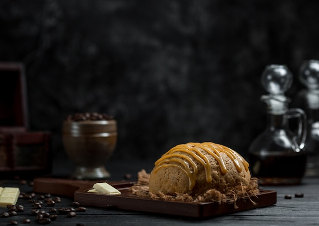 Un petit pain servi avec une sauce au caramel dans un café