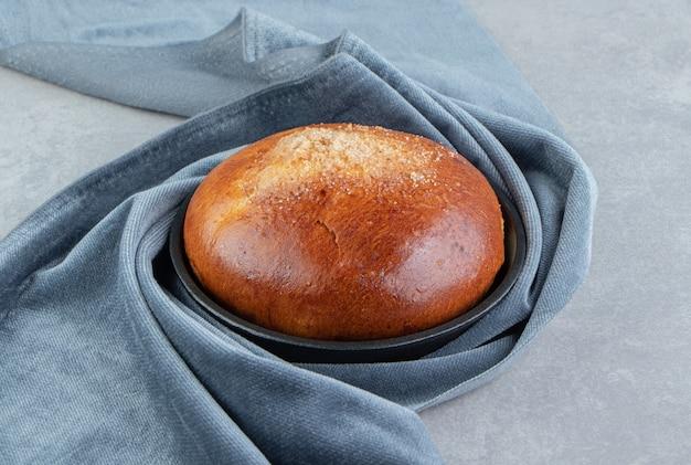 Petit pain sucré avec un chiffon