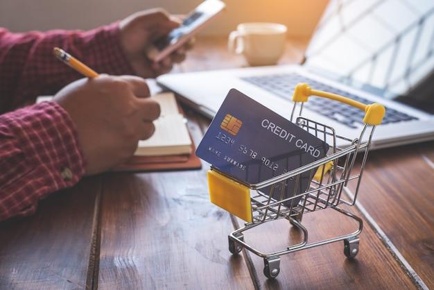 Petit panier avec carte de crédit à l'intérieur et à l'arrière est une entreprise sur le bureau
