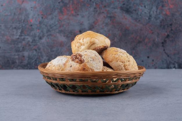 Petit panier à pâtisserie sur surface en marbre