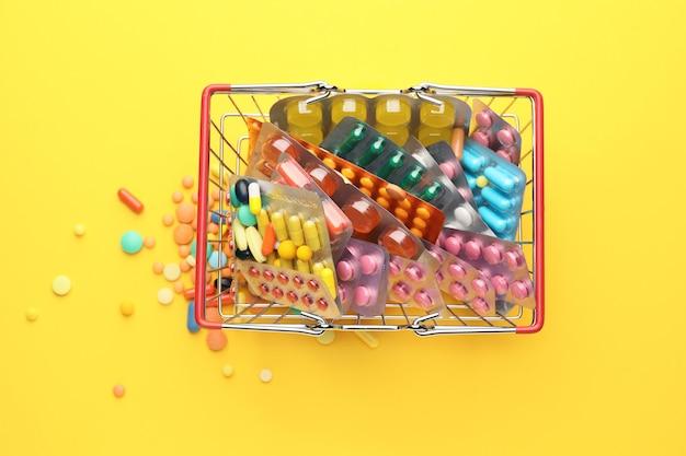Petit panier avec des pilules en couleur