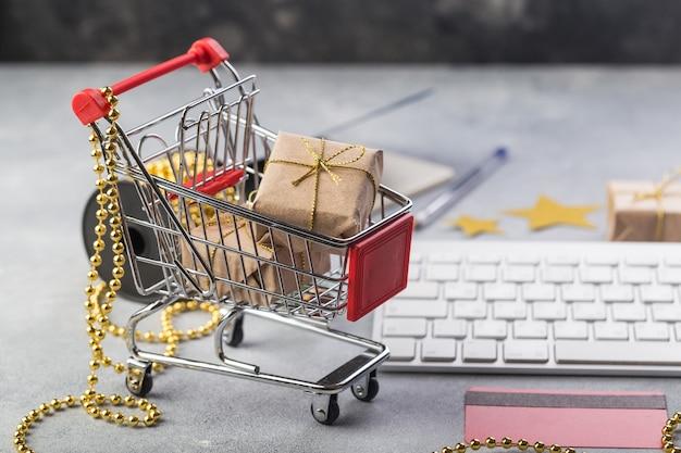 Petit panier rouge avec clavier pour les cadeaux de noël du concept shopping en ligne sur internet