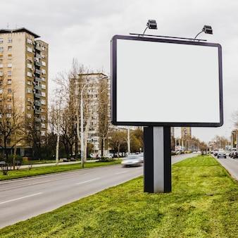 Petit panneau d'affichage sur la route en ville
