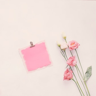 Petit papier blanc avec des fleurs aux couleurs vives sur la table