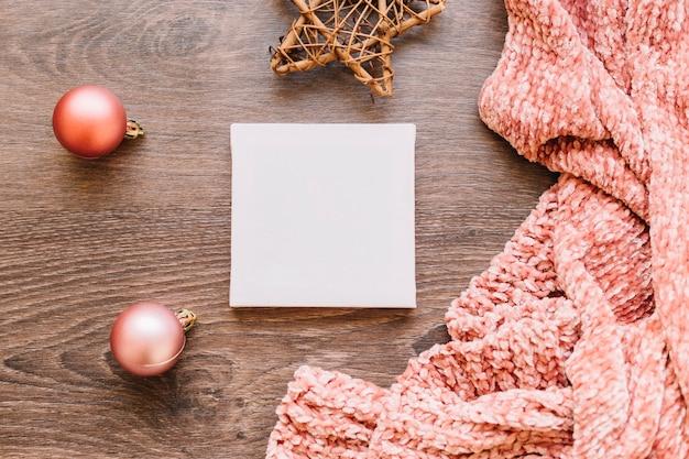 Petit papier avec des boules brillantes sur la table