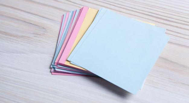 Petit papier sur la table pour les notes