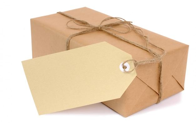 Petit paquet de papier marron avec étiquette