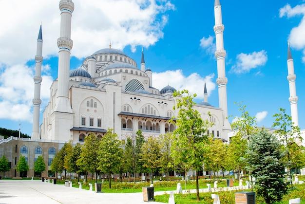 Un petit parc verdoyant sur le territoire de la nouvelle mosquée de çamlca à istanbul.