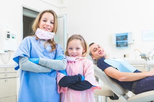 Petit portrait de dentiste en studio.