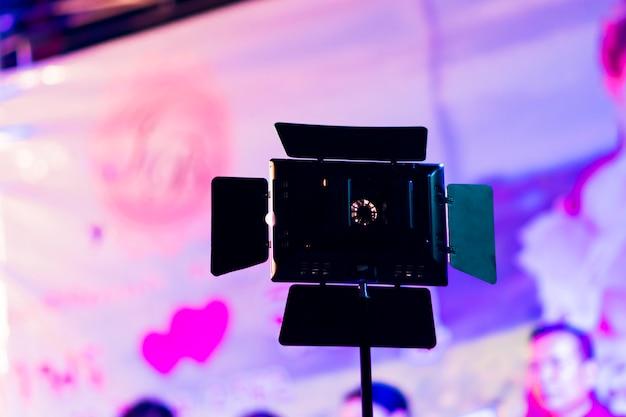 Un petit projecteur est monté sur un poteau pour éclairer la photographie et brouiller l'arrière-plan.