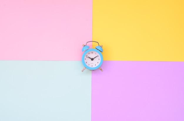 Un petit réveil bleu est situé entre des zones de couleurs différentes.