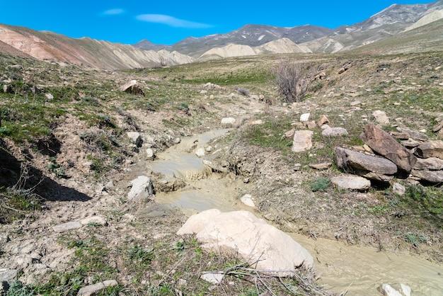 Petit ruisseau avec de l'eau boueuse dans les hautes terres