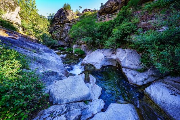 Petit ruisseau entre les rochers à l'aube un jour d'été. navacerrada.