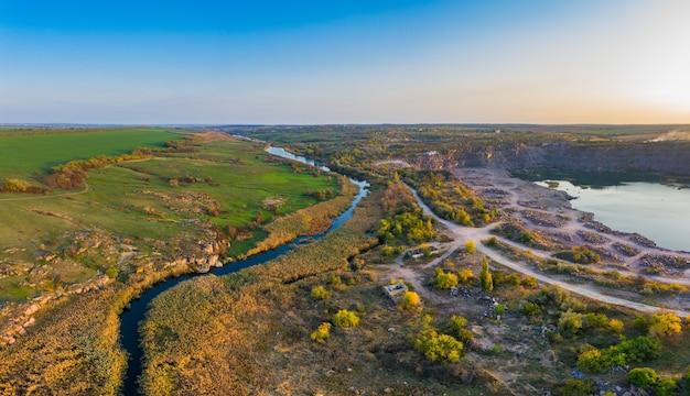 Un petit ruisseau rapide kamenka dans le désert dans la lumière du soir en ukraine.