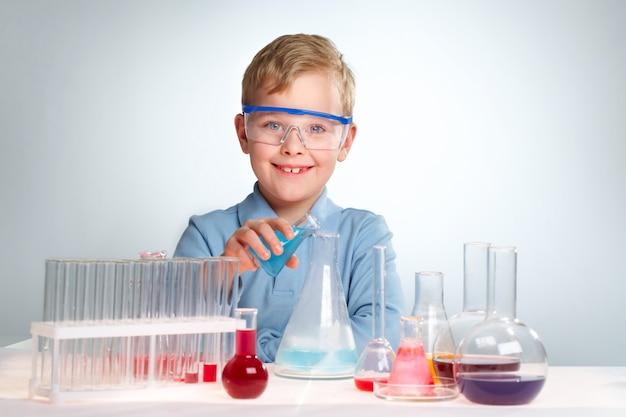 Petit scientifique avec un grand sourire
