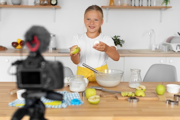 Petit smiley de plan moyen en train de cuisiner