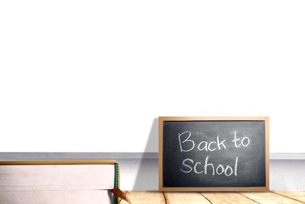 Petit tableau noir avec le texte de la rentrée scolaire sur le bureau