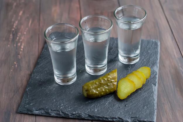 Petit verre avec vodka russe et concombre salé