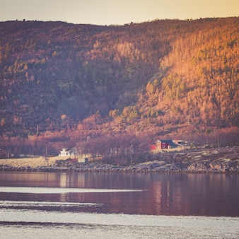 Petit village au pied d'une montagne.
