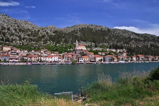 Le petit village sur la côte de la mer adriatique, croatie