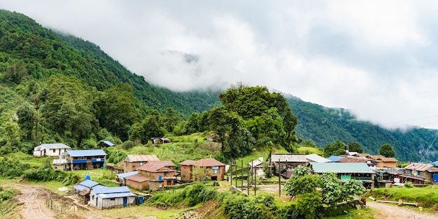 Petit village dans les montagnes. voyagez au népal et au concept de trekking dans les montagnes de l'himalaya. stock photo de paysage