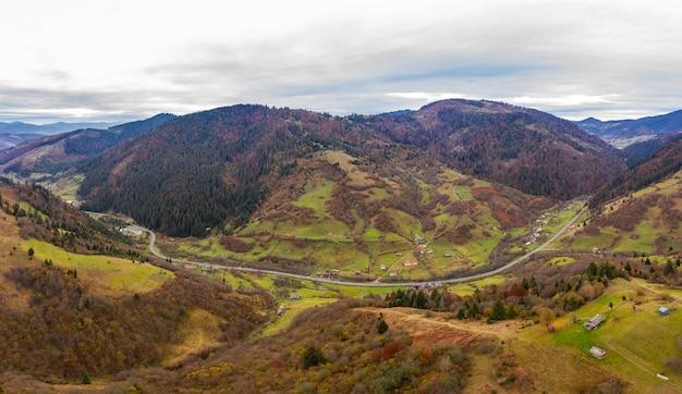 Petit village dans une vallée de montagne des carpates un jour d'automne en ukraine le long d'une route