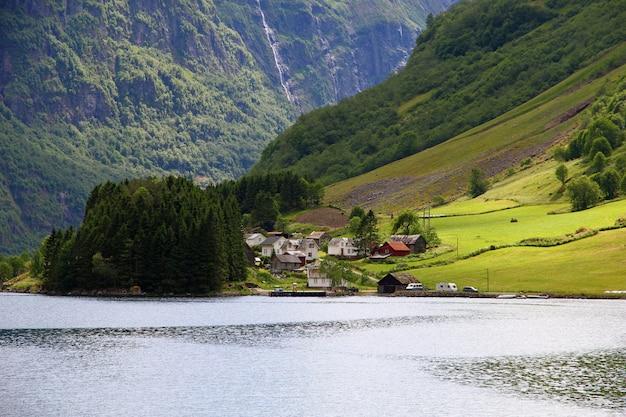Le petit village sur sognefjord, norvège