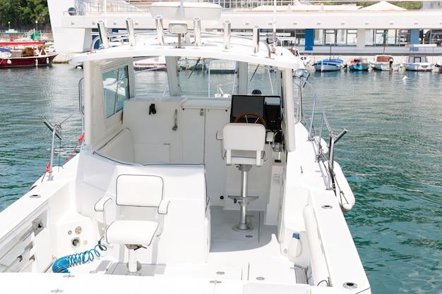 Petit yacht blanc au port