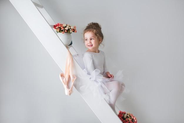 Petite adorable jeune ballerine d'humeur ludique.