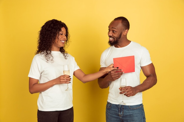 Petite amie donnant une enveloppe rouge à son petit ami
