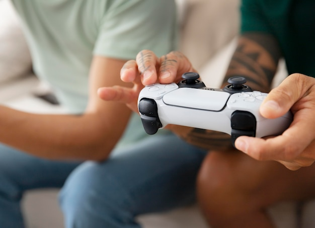 Petite amie et petit ami jouant à des jeux vidéo ensemble à la maison