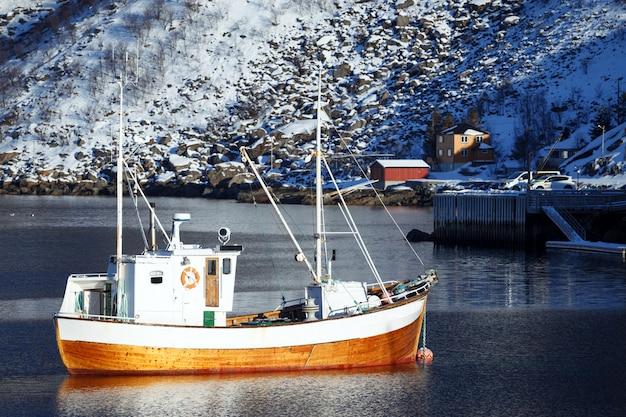 Petite baie en hiver sur les îles lofoten. navires et rorbu. norvège