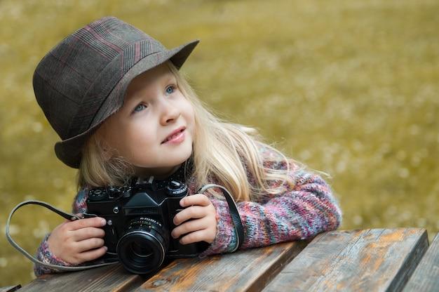 Petite belle fille avec un appareil photo