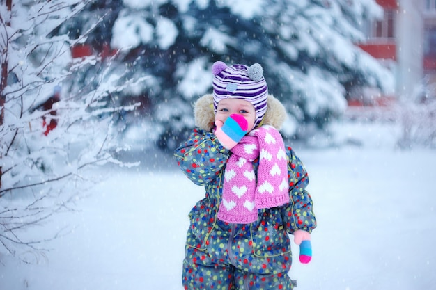 Petite belle petite fille, en vêtements d'hiver