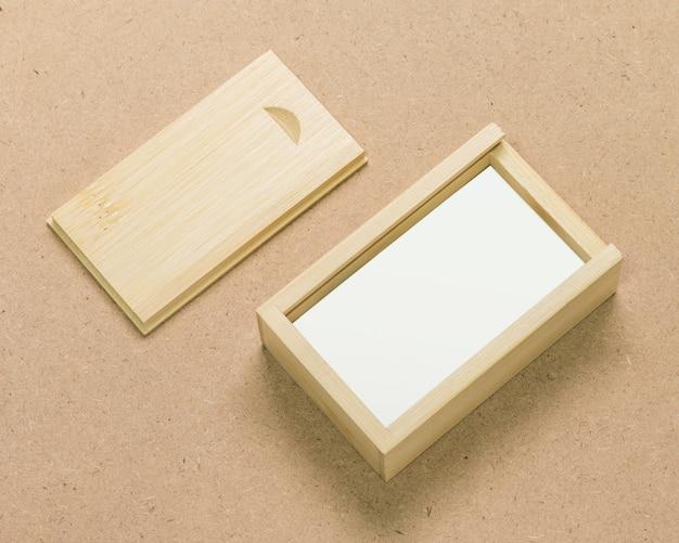 Petite boîte en bois sur fond de texture marron.