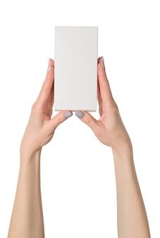 Petite boîte rectangulaire en mains féminines.