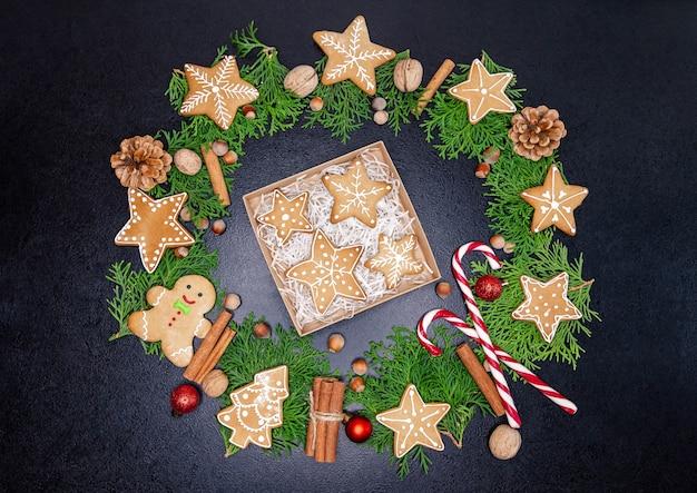 Petite boîte avec une variété de biscuits. cadeaux vintage de noël