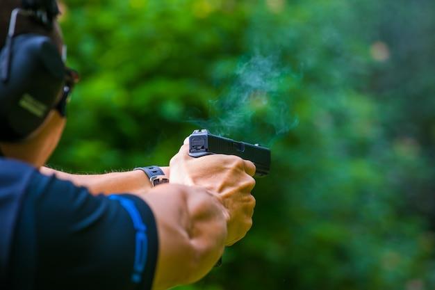 Petite bouffée de fumée provenant d'une arme de poing après avoir été congédiée
