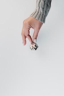 Petite boule de noël tenue en main