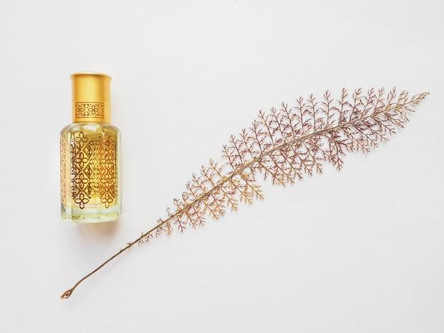 Petite bouteille d'huile d'arbre d'agar avec feuille