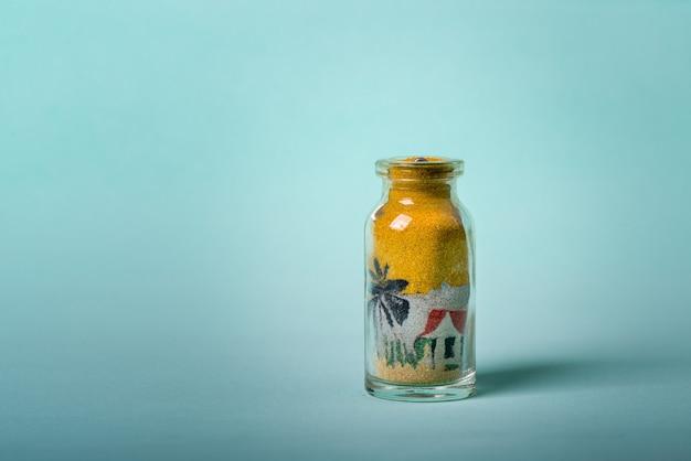 Petite bouteille souvenir faite à la main du nord-est du brésil avec des dessins faits avec du sable coloré