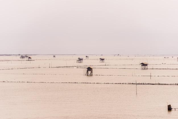 Petite cabane dans la mer à bang taboon, phetchaburi, thaïlande