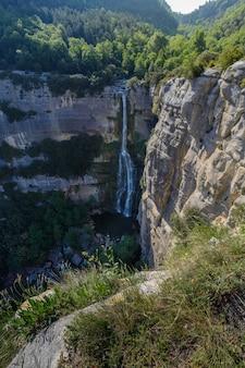 Petite cascade entourée de rochers