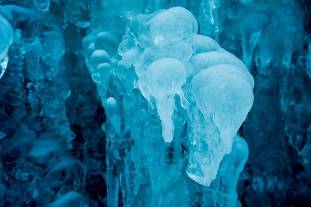Petite cascade gelée de bleu de montagne se bouchent