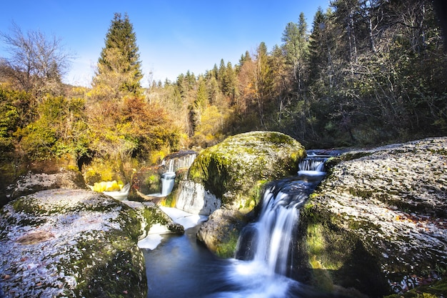 Petite cascade de montagne sur des rochers dans l'ain, france