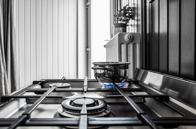 Petite casserole en métal sur la cuisinière dans la cuisine