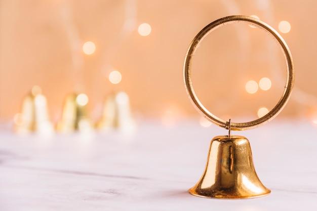 Petite cloche métallique sur table