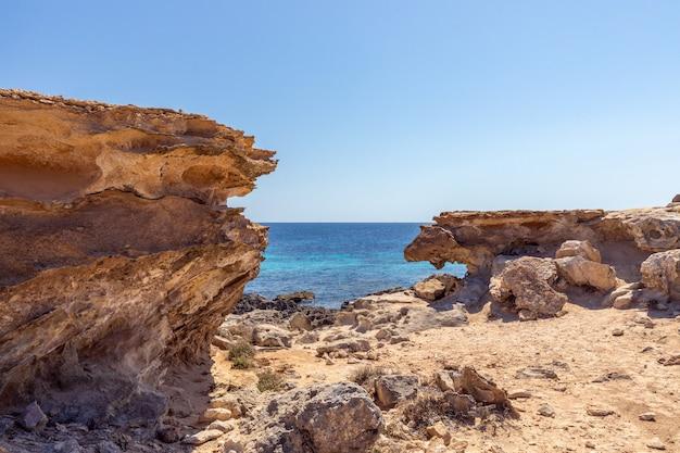 Petite crique rocheuse cachée au large de la côte de l'île d'ibiza