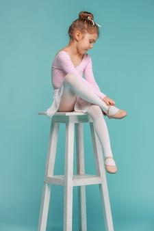 La petite danseuse de balerina sur fond bleu