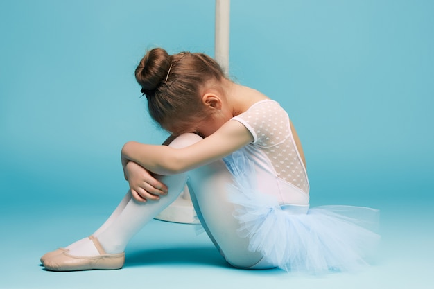 La petite danseuse de balerina sur mur bleu
